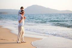 Papà e figlio sulla spiaggia immagine stock