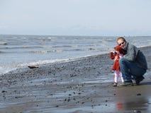 Papà e la sua figlia alla spiaggia Fotografie Stock Libere da Diritti