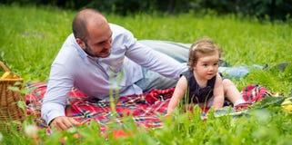 Papà e neonata sul picnic fotografia stock