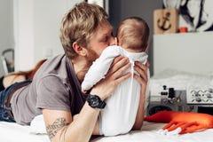 Papà e piccolo figlio nella camera da letto Fotografia Stock Libera da Diritti