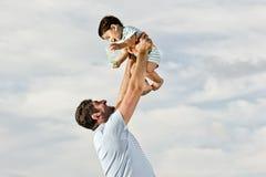 Papà felice alla spiaggia Fotografia Stock