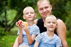 Papà felice con i ragazzi gemellare fotografie stock