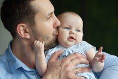 Papà felice con la figlia Immagini Stock Libere da Diritti