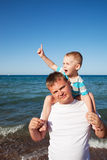 Papà felice e figlio che hanno divertimento sulla spiaggia Fotografia Stock Libera da Diritti