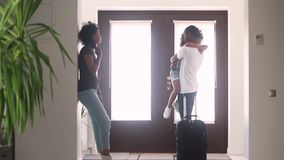 Papá africano que habla con el niño triste en el vestíbulo que deja a la familia metrajes