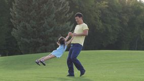 Papá asiático cariñoso que juega con su hija preciosa almacen de metraje de vídeo
