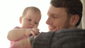 Papá barbudo que besa al bebé Concepto del tiempo del padre Reloj conmovedor del bebé almacen de video