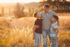 Papá con dos hermanos imagen de archivo libre de regalías