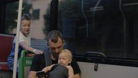 Papá con dos niños en el autobús almacen de video