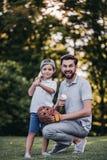 Papá con el hijo que juega a béisbol imagenes de archivo