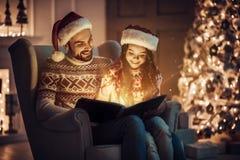 Papá con la hija en el ` s Eve del Año Nuevo fotos de archivo