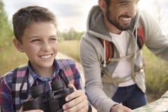 Papá con su hijo que explora nuevos lugares Foto de archivo