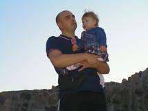 Papá con su pequeña hija en el fondo de Imagen de archivo libre de regalías