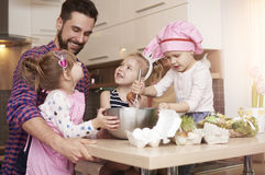 Papá con sus bebés antes de Pascua Foto de archivo