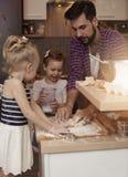Papá con sus bebés en la cocina Fotos de archivo libres de regalías