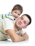 Papá de abarcamiento del muchacho del niño Fotografía de archivo libre de regalías