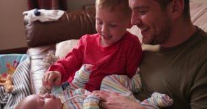 Papá de ayuda con el bebé almacen de metraje de vídeo