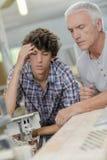 Papá de ayuda del carpintero del adolescente Imagenes de archivo