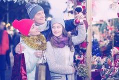 Papá de la mamá y muchacha adolescente que eligen decoraciones de la Navidad Fotografía de archivo