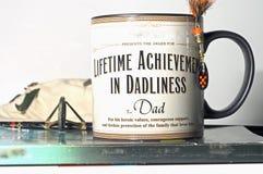 Papá del presente de la taza del día de padre Imágenes de archivo libres de regalías