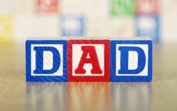 Papá deletreado hacia fuera en bloques huecos del alfabeto Fotos de archivo