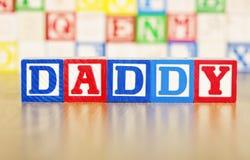 Papá deletreado hacia fuera en bloques huecos del alfabeto Imagen de archivo libre de regalías