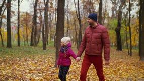 Papá despreocupado e hija linda que disfrutan de la naturaleza del otoño almacen de video