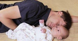 Papá durmiente con el bebé almacen de video