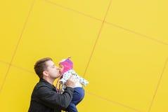 Papá e hija con un beso grande Foto de archivo