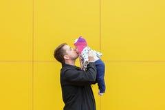 Papá e hija con un beso grande Fotografía de archivo