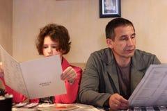 Papá e hija en un restaurante Imágenes de archivo libres de regalías