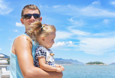 Papá e hija que juegan en la 'promenade' por el mar hombre joven, niña Imagen de archivo libre de regalías