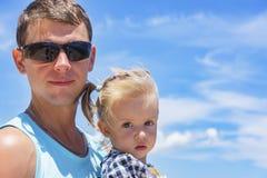 Papá e hija que juegan en la 'promenade' por el mar hombre joven, niña Fotografía de archivo