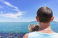 Papá e hija que juegan en la 'promenade' por el mar hombre joven, niña Fotos de archivo libres de regalías