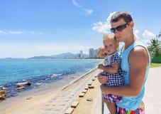 Papá e hija que juegan en la 'promenade' por el mar hombre joven, niña Fotografía de archivo libre de regalías