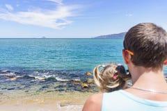 Papá e hija que juegan en la 'promenade' por el mar hombre joven, niña Foto de archivo libre de regalías
