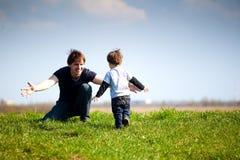 Papá e hijo cariñosos Fotos de archivo libres de regalías