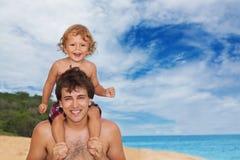 Papá e hijo en la playa Foto de archivo libre de regalías