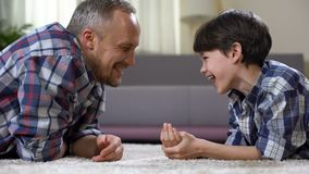 Papá e hijo que ríen junto, haciendo al niño del contacto, solo padre, divirtiéndose almacen de video
