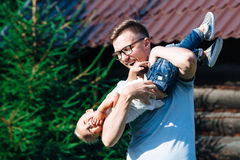 Papá e hijo que se divierten en el jardín Foto de archivo libre de regalías
