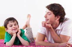 Papá e hijo sonrientes imagen de archivo libre de regalías