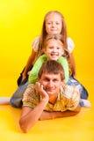 Papá feliz con dos hijas fotos de archivo libres de regalías