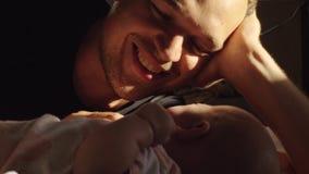 Papá feliz con el bebé que comienza a llorar almacen de video