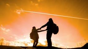 Papá feliz de la familia con concepto de la silueta de los turistas del trabajo en equipo de la hija v?deo de la c?mara lenta Pap metrajes