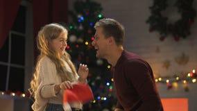 Papá feliz e hija que se divierten en la víspera de Navidad, disfrutando de la atmósfera milagrosa almacen de metraje de vídeo