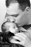 Papá feliz que besa a su bebé Fotos de archivo