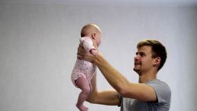 Papá feliz y bebé feliz almacen de metraje de vídeo