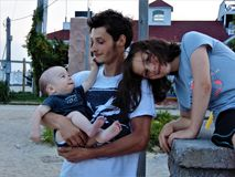 Papá joven en la playa con sus niños imagenes de archivo