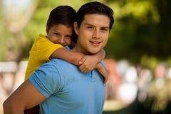Papá joven hermoso y su hijo foto de archivo libre de regalías