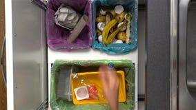 Papá, mamá y niño reciclando la basura en casa Primer de manos Cámara lenta almacen de metraje de vídeo